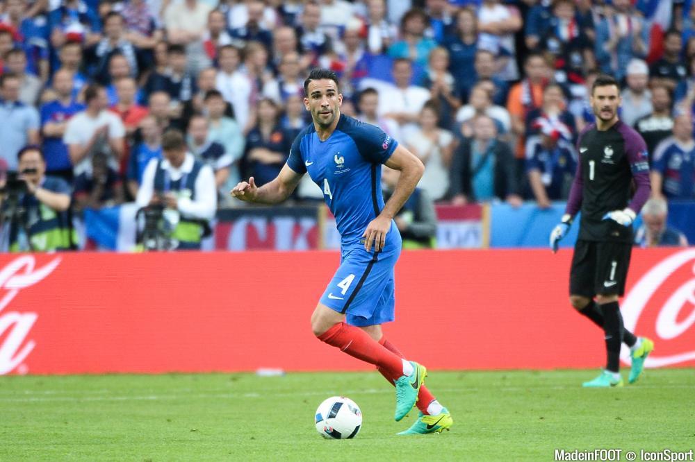 Adil Rami (FC Séville) continue de réfléchir à son avenir.
