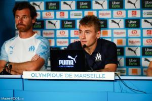 Valentin Rongier, le milieu de terrain de l'Olympique de Marseille, ici aux côtés d'André Villas-Boas.