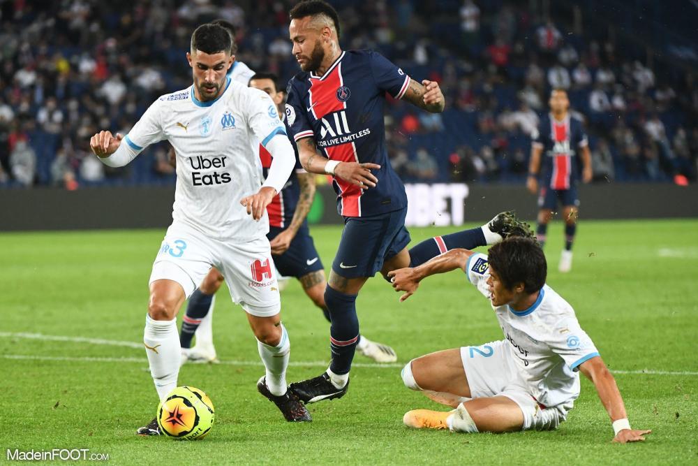 Alvaro Gonzalez au duel avec Neymar