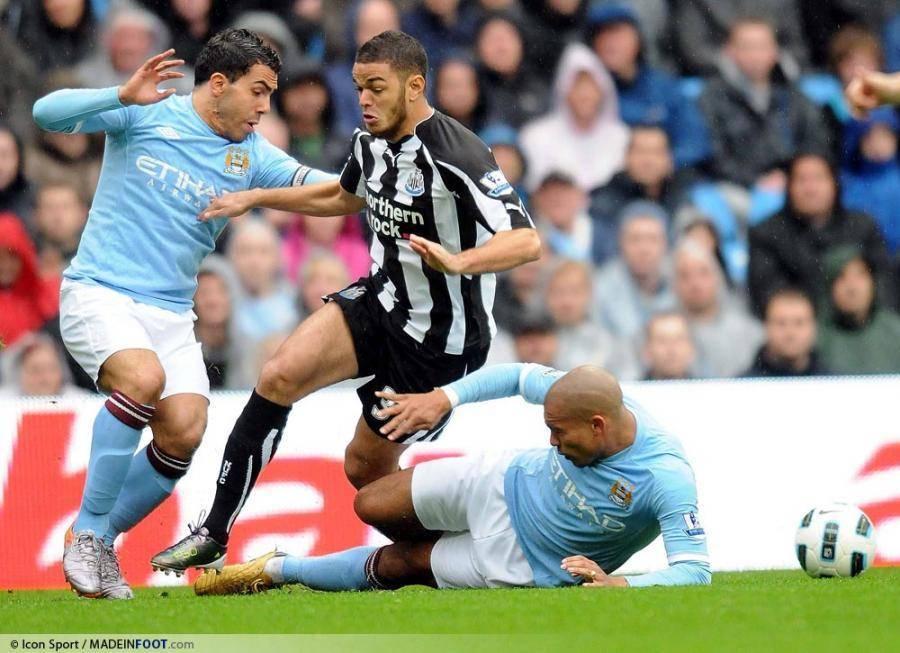 Ben Arfa taclé par De Jong et victime d'une fracture à la jambe